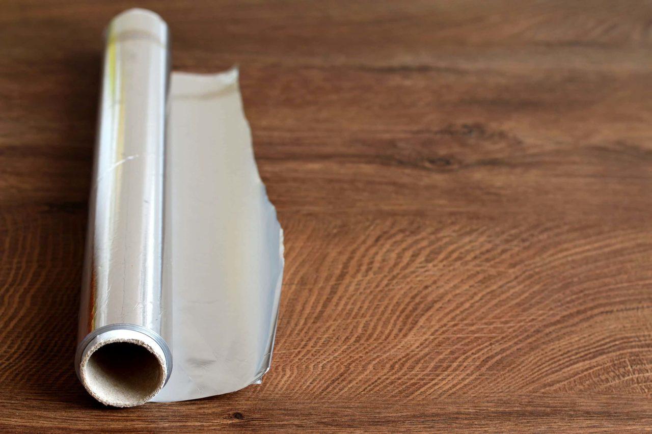 rotolo di alluminio da cucina scaled - L'alluminio in cucina fa male? Come usarlo senza rischi
