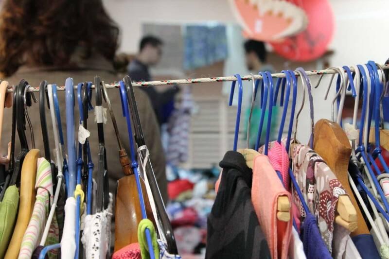 Decluttering dei vestiti 800x533 - Decluttering dei vestiti: l'arte minimalista nell'armadio, istruzioni per l'uso