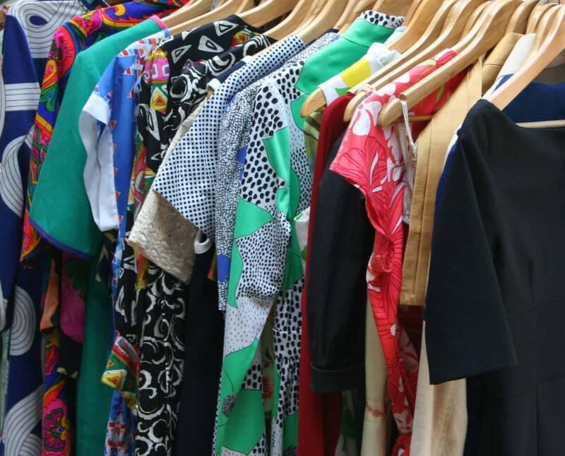 Decluttering dei vestiti abiti 800x646 - Decluttering dei vestiti: l'arte minimalista nell'armadio, istruzioni per l'uso