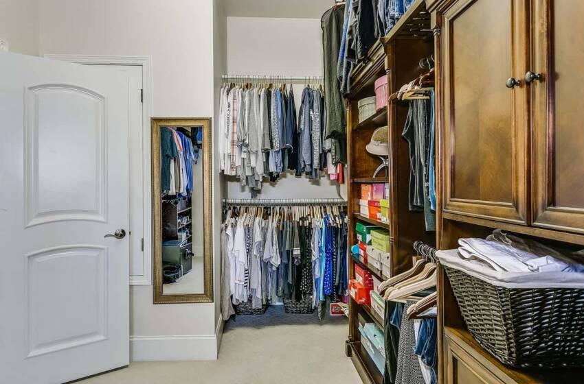 Decluttering dei vestiti: l'arte minimalista nell'armadio, istruzioni per l'uso
