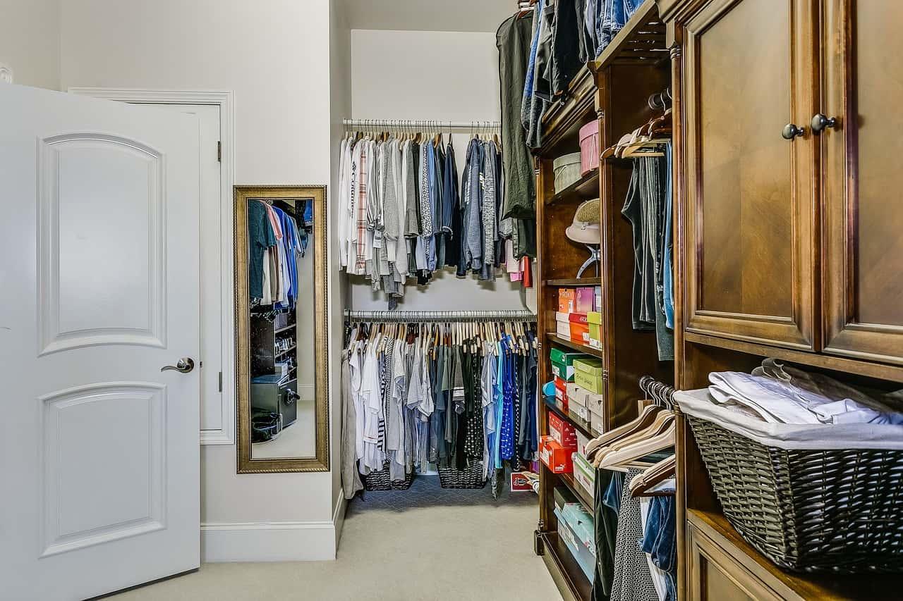 Decluttering dei vestiti armadio - Decluttering dei vestiti: l'arte minimalista nell'armadio, istruzioni per l'uso