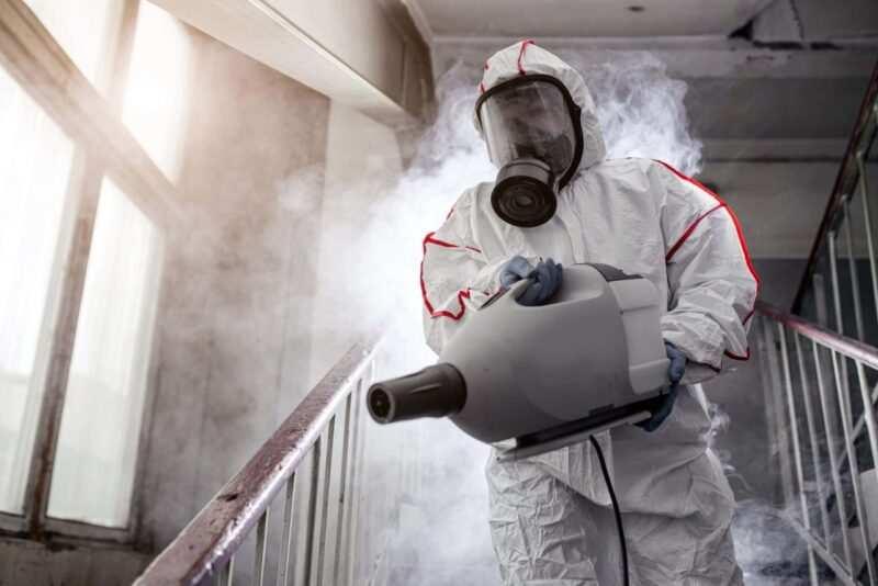 Disinfezione Sanificazione Ambiente operatore alcool scaled 800x534 - Come sanificare l'ambiente durante il coronavirus