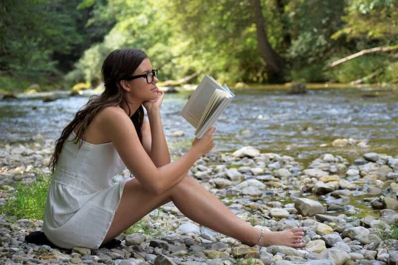 ragazza legge libro 800x533 - il ragazzo alla pari, il libro di Federica Gnomo Twins - la Recensione