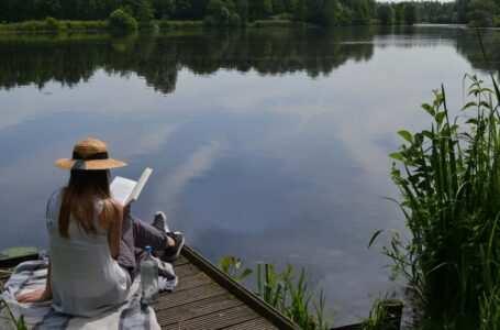 donna legge libro sul lago