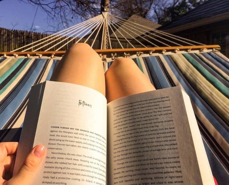 donna sola legge libro 800x646 - Dopo il libro di Koethi Zan: la recensione