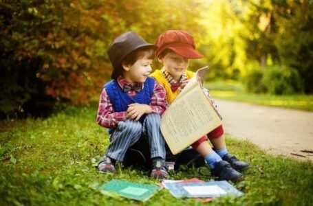 bambini leggono libro