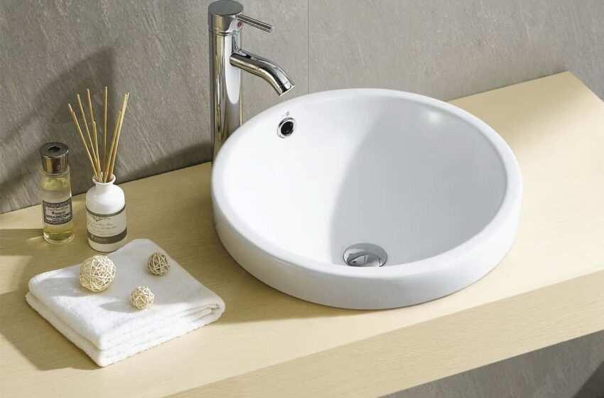 Un tocco di colore al bagno con lavabi e sanitari