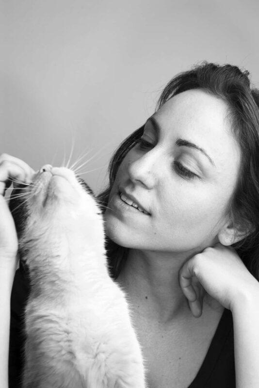 donna sola con gatto 534x800 - Donne sole: guida pratica per vivere senza un uomo