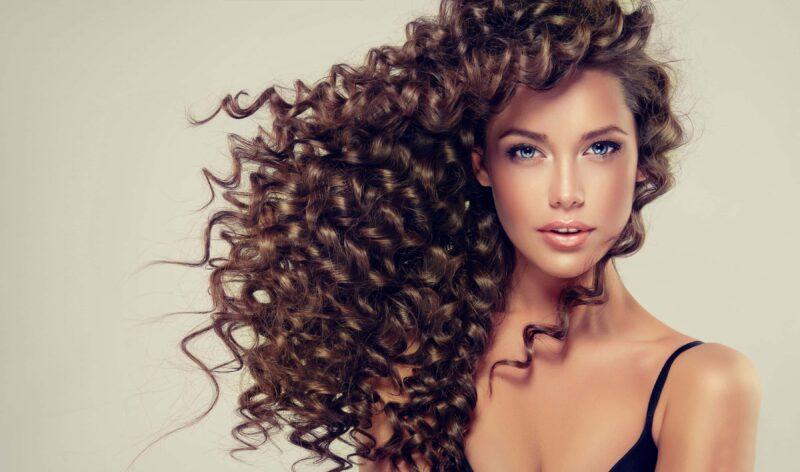 capelli mossi ricci scuri 800x472 - Capelli mossi ricci: tutti i segreti per averli sempre perfetti