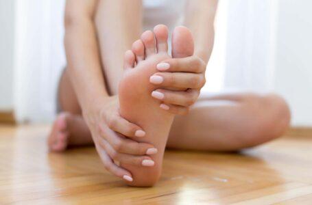 massaggiare i piedi
