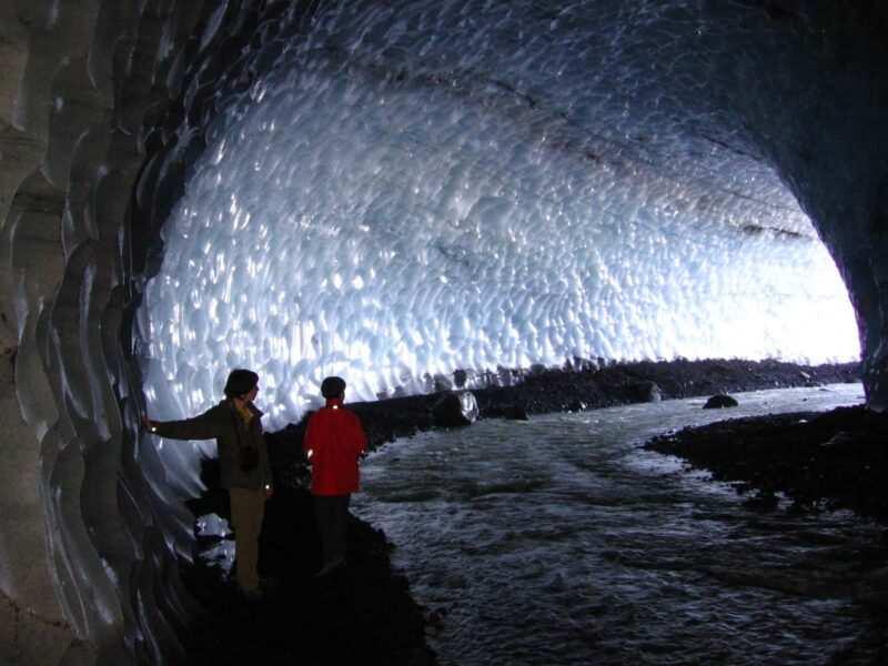 islanda ice cave hike naturaviaggi 800x600 - 20 curiosità sull'Islanda: popolazione, governo e stile di vita