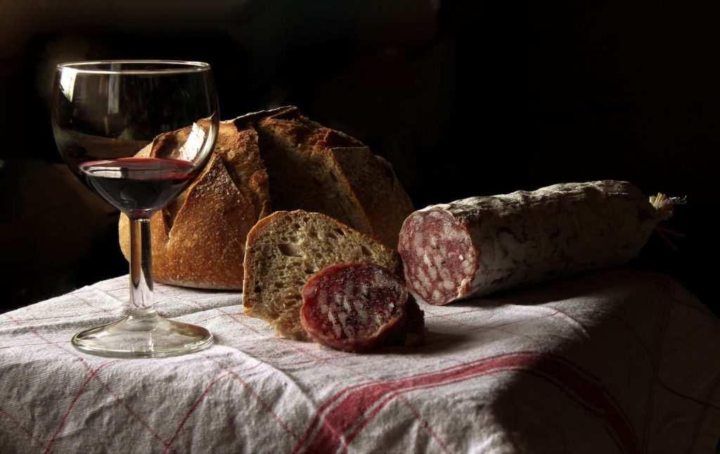 pane senza sale toscano con salame e vino - Il pane toscano senza sale: storia, curiosità e ricetta