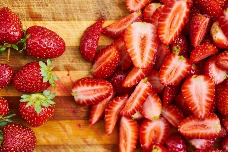 fragole frutta di stagione 800x533 - Frutta di stagione estiva: qual è, proprietà, benefici e come mangiarla