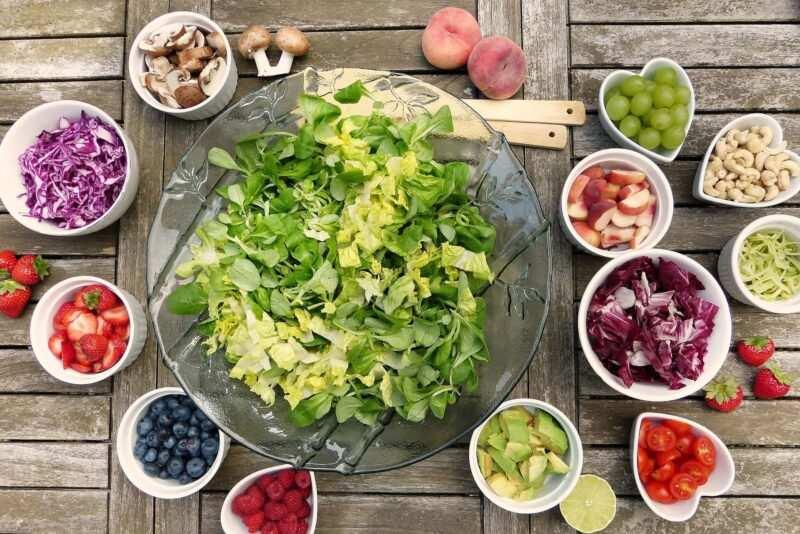 insalata di frutta varia di stagione estate 800x534 - Stitichezza: curarla con i rimedi naturali