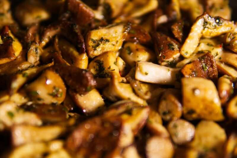 funghetti trifolati porcini 800x534 - Ricette con i funghi, facili e veloci da fare a casa